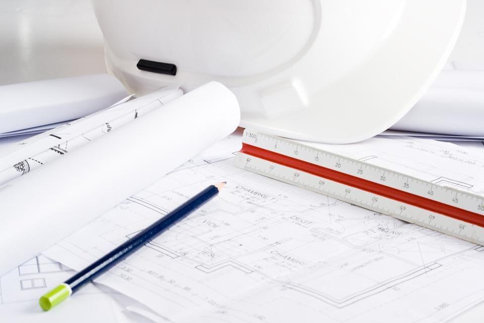 Biały kask ochronny orazplany architektoniczne