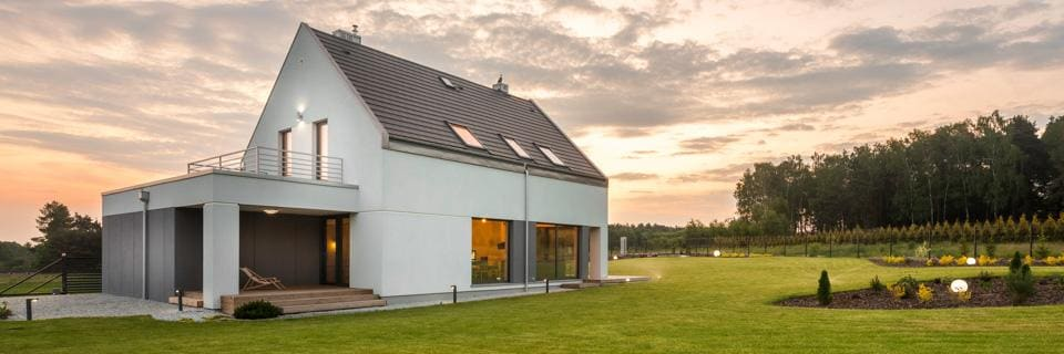 Dwupiętrowy dom mieszkalny wotoczeniu zieleni