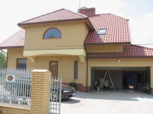 Piękny żółty budynek mieszkalny z czerwonym dachem